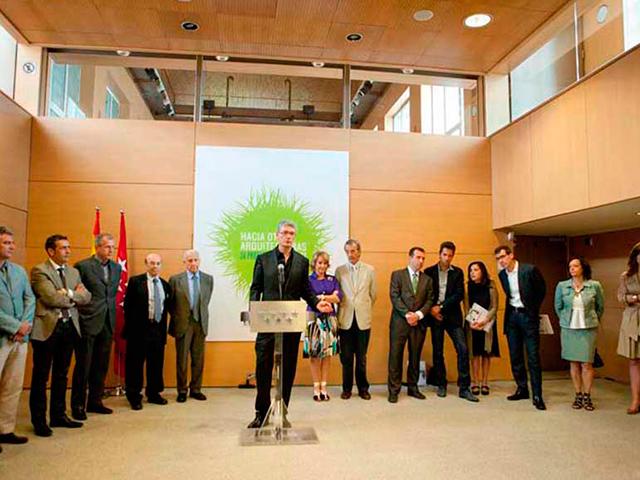 """Luis De Garrido, en la exposición """"Hacia otras arquitecturas"""" de la Fundación Canal. Madrid 2010. Junto con Norman Foster, Jacob Van Rijs, Mario Cucinella, Richard Rogers, etc... y la presidenta de la Comunidad de Madrid"""