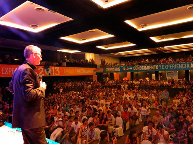 Conferencia Luis De Garrido I Congreso Mundial de Estudiantes de arquitectura 1200 asistentes Cancun Mexico