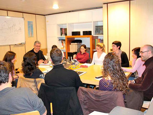 Luis De Garrido, con algunos alumnos del M.A.S. en clase especial para el fomento de la creatividad